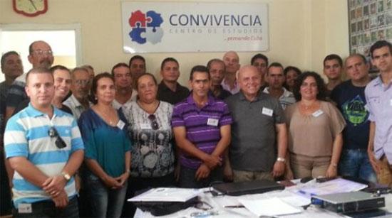 Algunos de los miembros del Centro de Estudios, reunidos en su antigua sede en Pinar del Río.